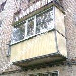 Бюджетное остекление балкона с выносом в д. 40 лётного городка г. Энгельса. Ремонт балконной плиты, ограждение с выносом, монтаж навеса над балконом, остекление рамами ПВХ.