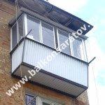 Балкон с выносом в лётном городке г. Энгельса. Ремонт балконной плиты, ограждения с выносом, монтаж навеса над балконом, остекление раздвижными рамами купе.