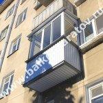 Комплексный ремонт балкона в по ул. Одесской г. Саратова. Капитальный ремонт балконной плиты, замена ограждений, монтаж навеса над балконом, остекление раздвижными рамами купе. От протечек с незастеклённого верхнего балкона отгородились крышей.