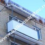 Комплексный ремонт балкона в г. Саратове. Замена ограждений, монтаж навесов над балконами. Козырёк из профнастила белого цвета.