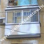 Комплексный ремонт балкона в г. Саратове. Ремонт балконной плиты, замена ограждений, монтаж навеса над балконом, остекление раздвижными рамами купе. От протечек с незастеклённого верхнего балкона отгородились крышей.