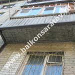 Крепления подкосов к стене очень слабые, чтобы выдержать массу балконной плиты
