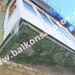 На аварийную балконную плиту смонтировано очень тяжелое безпарапетное остекление